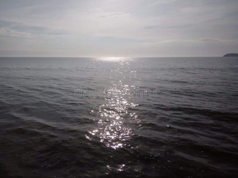 Sun en el agua, Kota Kinabalu, Malasia imagenes de archivo