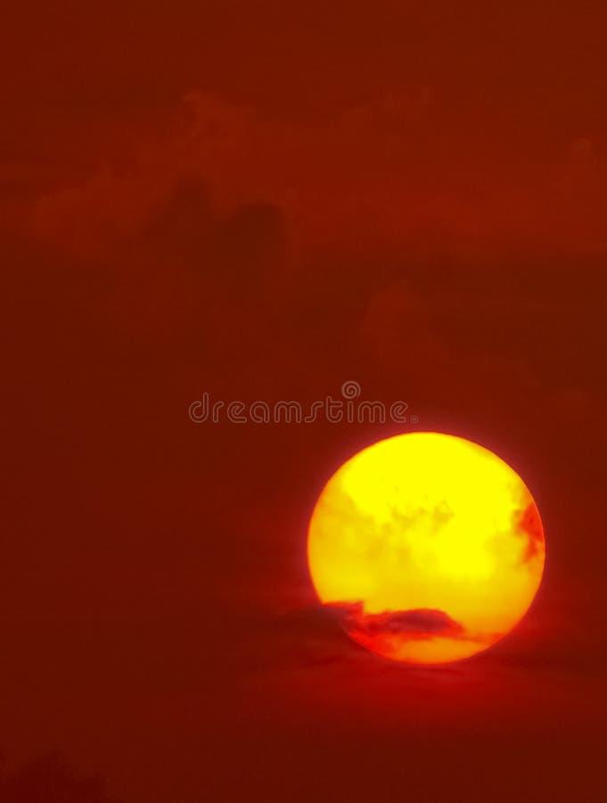 Sun en la puesta del sol con los cielos del rojo de la sangre fotografía de archivo libre de regalías
