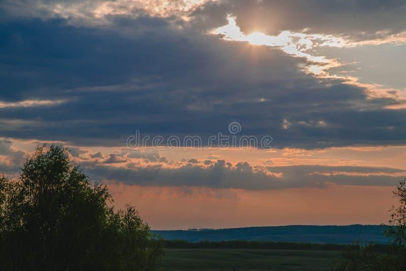 Sun en las nubes, puesta del sol fotos de archivo libres de regalías