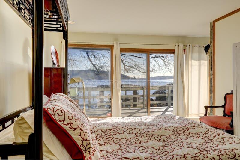 Sun encheu a cama enorme do dossel dos inchaços do quarto fotos de stock