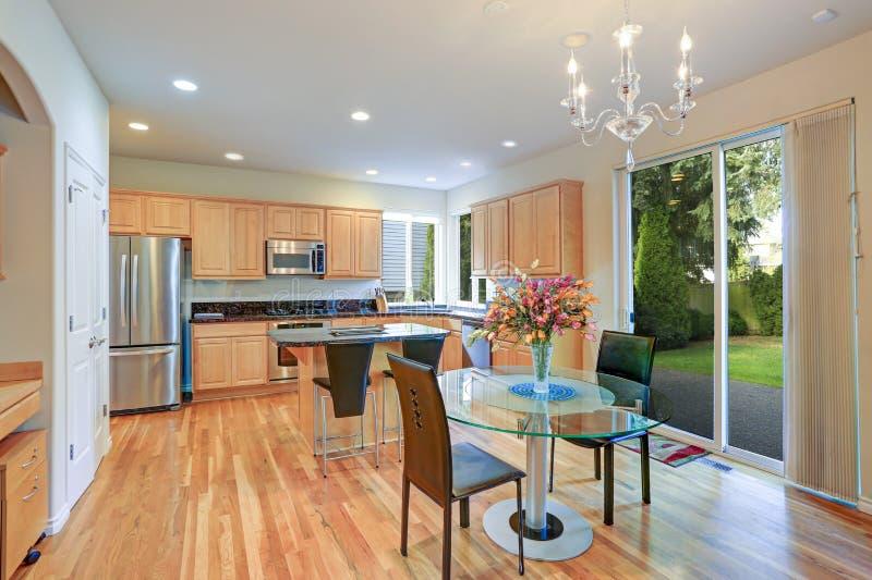 Sun encheu a cozinha gourmet com o cabinetry de madeira imagem de stock royalty free