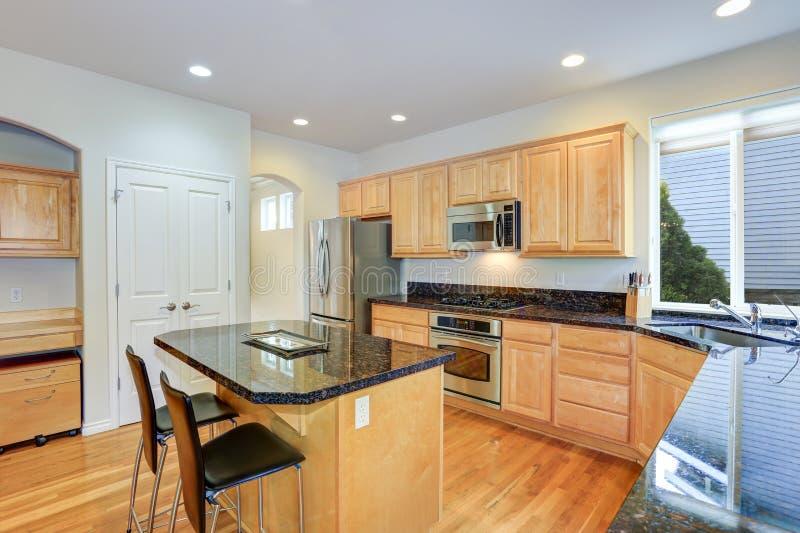 Sun encheu a cozinha gourmet com o cabinetry de madeira foto de stock royalty free