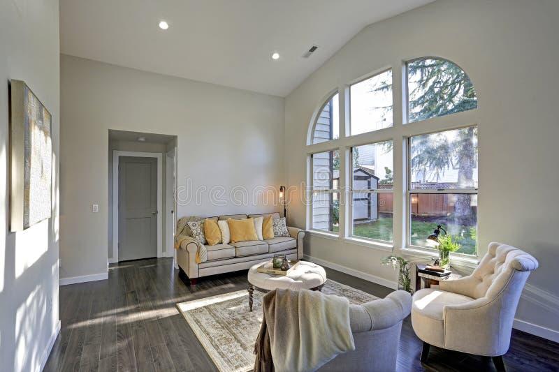 Sun encheu a sala de família em tons bege macios foto de stock royalty free