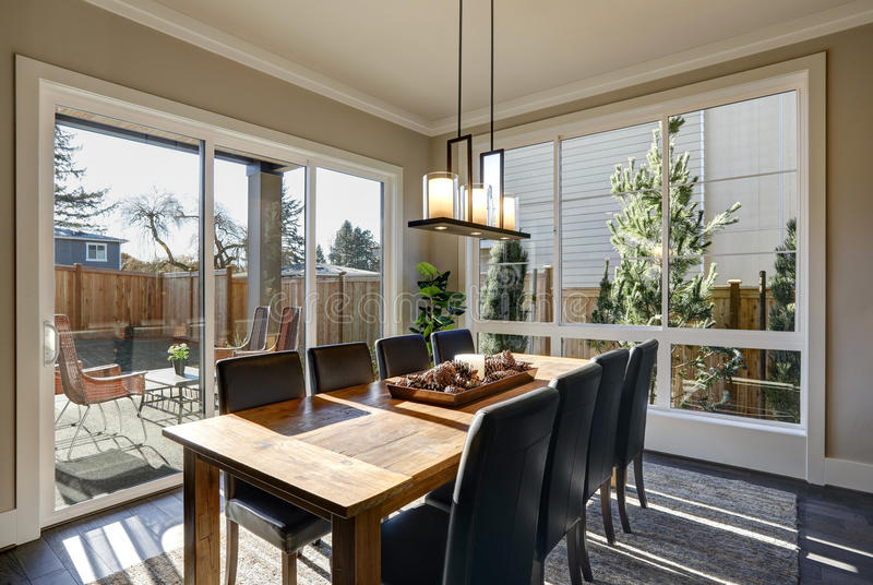 Sun encheu a sala de jantar na casa luxuosa nova imagem de stock royalty free