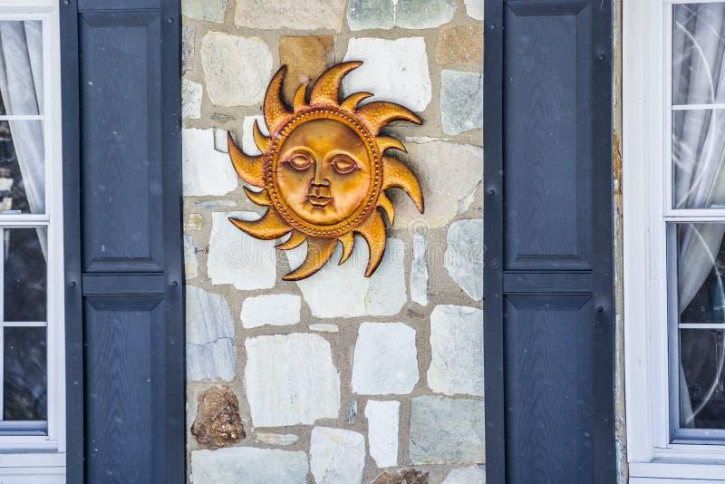 Sun entre deux fenêtres photo stock