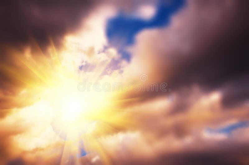 Sun entre las nubes fotos de archivo