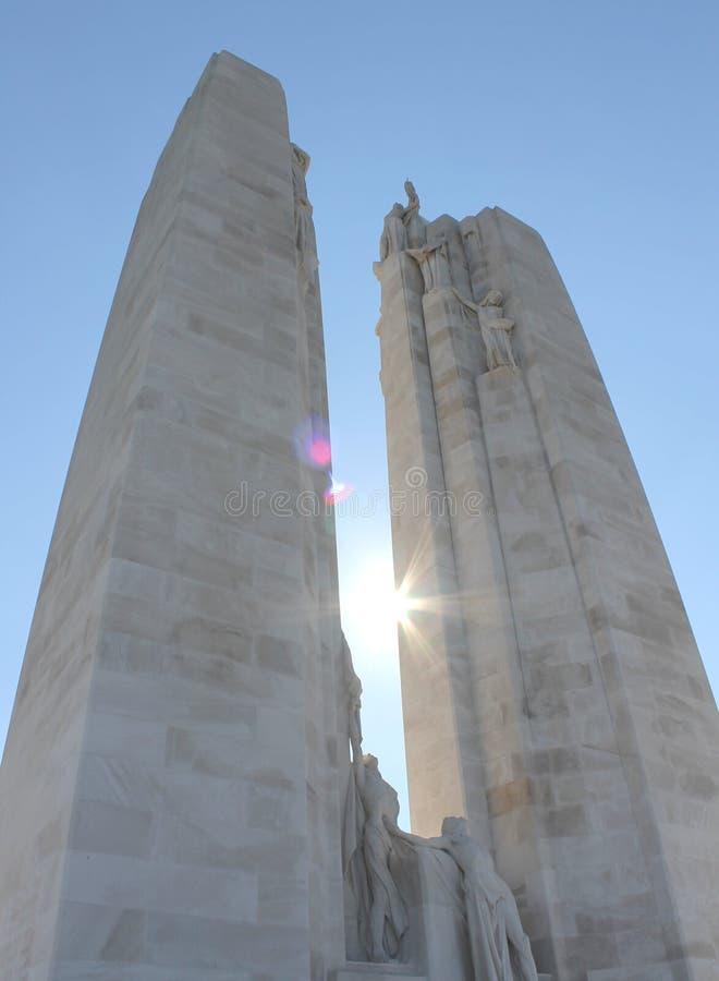 Sun entre les flèches du Vimy canadien Ridge Memorial, France image libre de droits