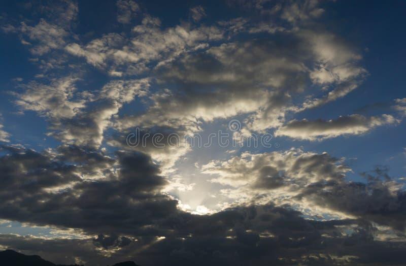 Sun entre les nuages images libres de droits