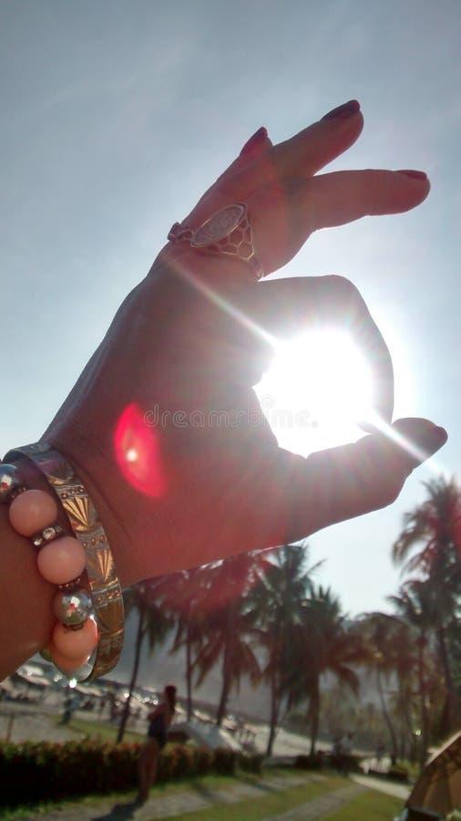 Sun entre os dedos fotografia de stock royalty free