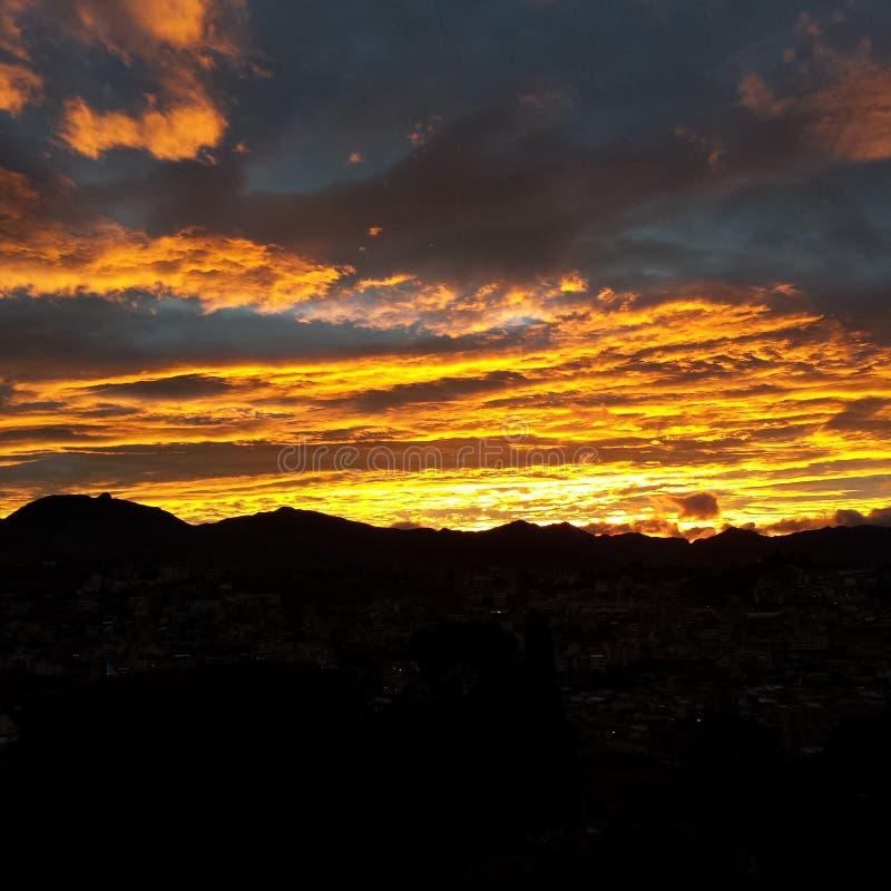 Sun entre vers le bas en Equateur image libre de droits