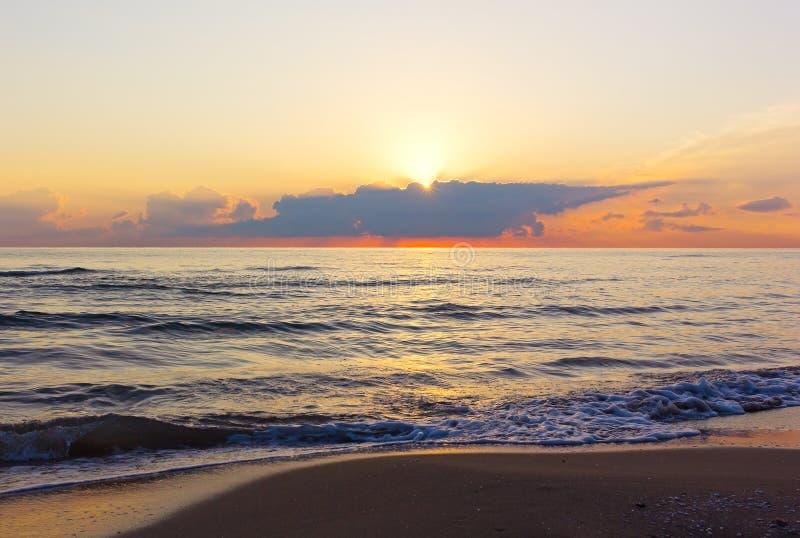 Sun erscheint oben Wolken während der Dämmerung über dem Mittelmeer lizenzfreies stockbild