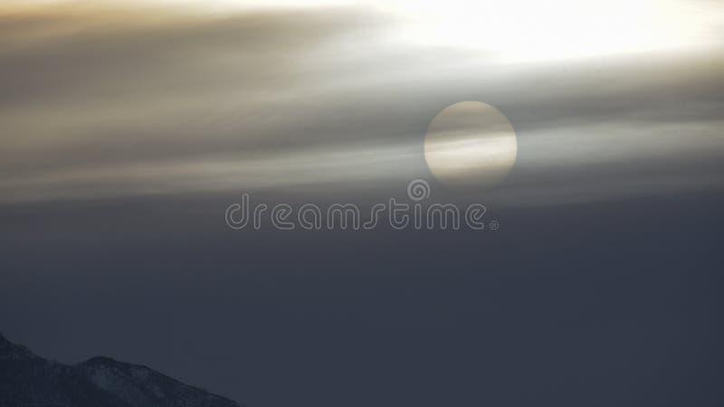 Sun escondido atrás das nuvens com efeito de névoa fotografia de stock