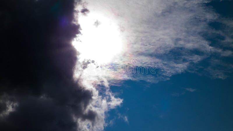 Sun escondido atrás das nuvens escuras foto de stock
