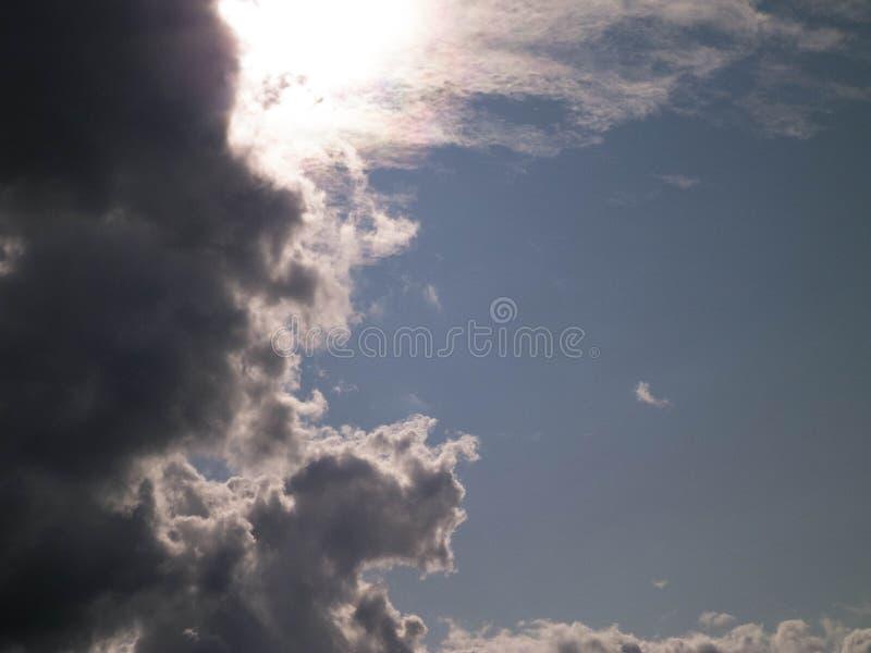Sun escondido atrás das nuvens escuras imagens de stock