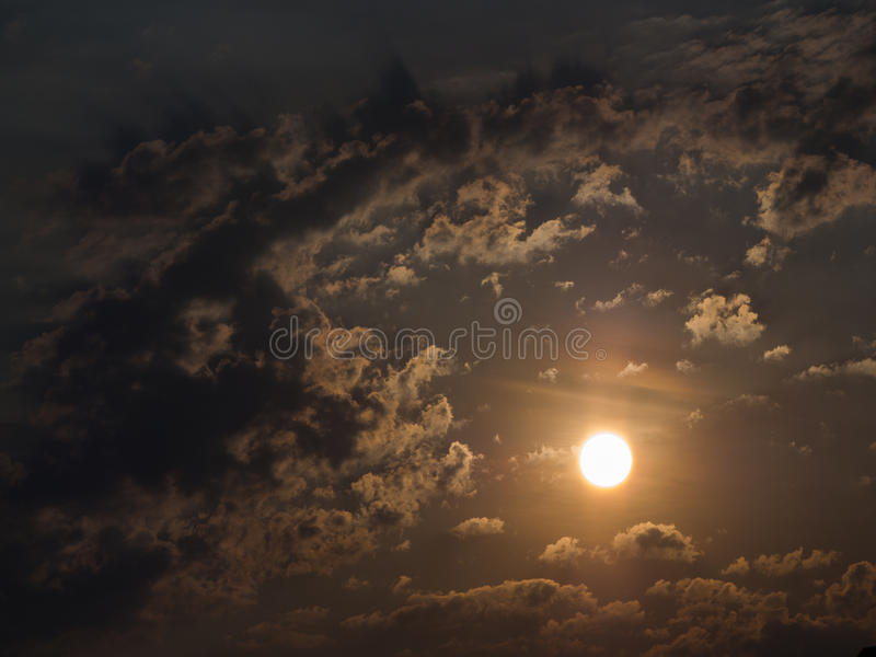 The Sun está nas nuvens fotografia de stock royalty free