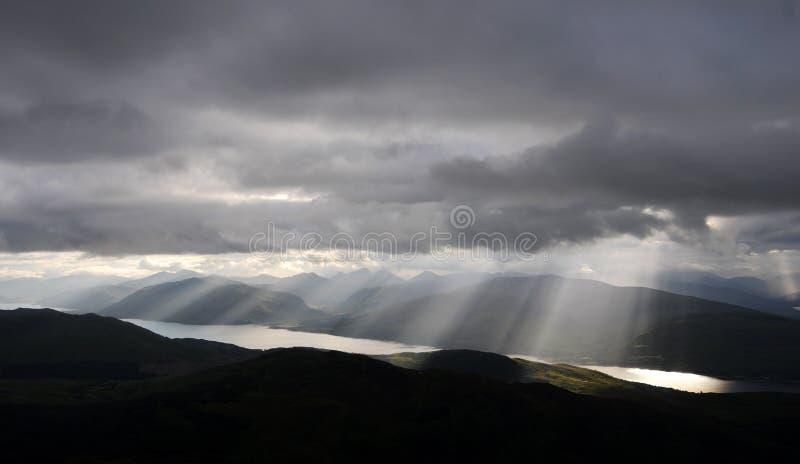Sun estourou através das nuvens sobre o Loch Linnhe, Glencoe foto de stock royalty free
