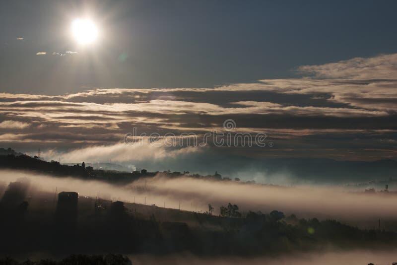 Sun et brouillard, sharm et mystère photo libre de droits
