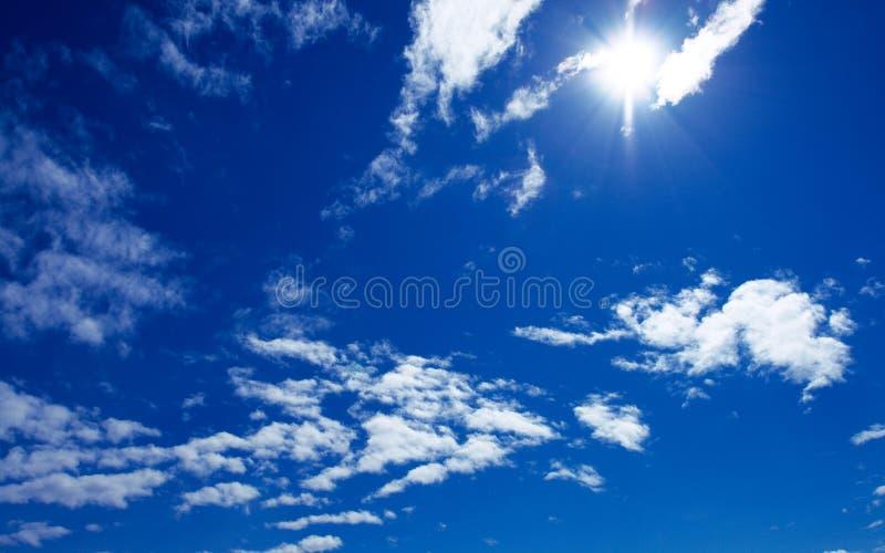 Sun et nuages sur le ciel bleu image stock