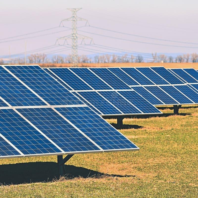 Sun et panneaux solaires dans un domaine Centrale à énergie solaire Concept industriel et écologique pour la technologie de natur photographie stock libre de droits