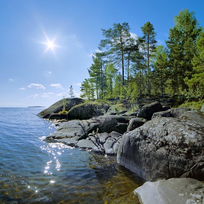 Sun et rivage pierreux de lac Ladoga photo stock