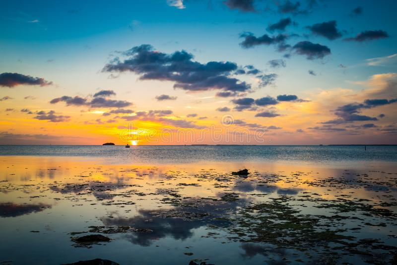 Sun fällt langsam über Key- Westwasser in Florida stockbilder