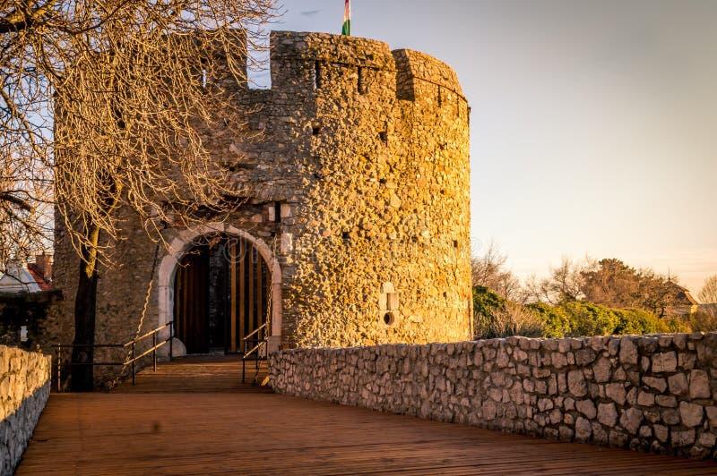 Sun fängt das alte Schloss lizenzfreie stockfotos