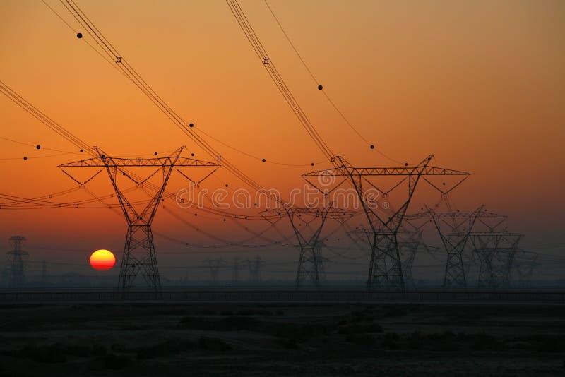 sun för elektricitetspylonsinställning arkivbilder