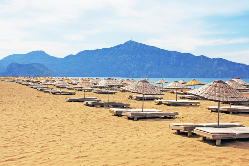 sun för strandiztuzuloungers royaltyfria bilder