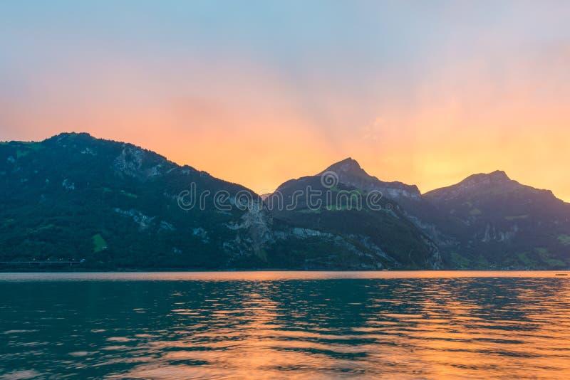 Sun fijó detrás de los picos de montaña en las montañas de Suiza fotografía de archivo libre de regalías