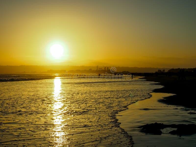 The Sun fijó en la playa de Coronado en San Diego en junio imagenes de archivo