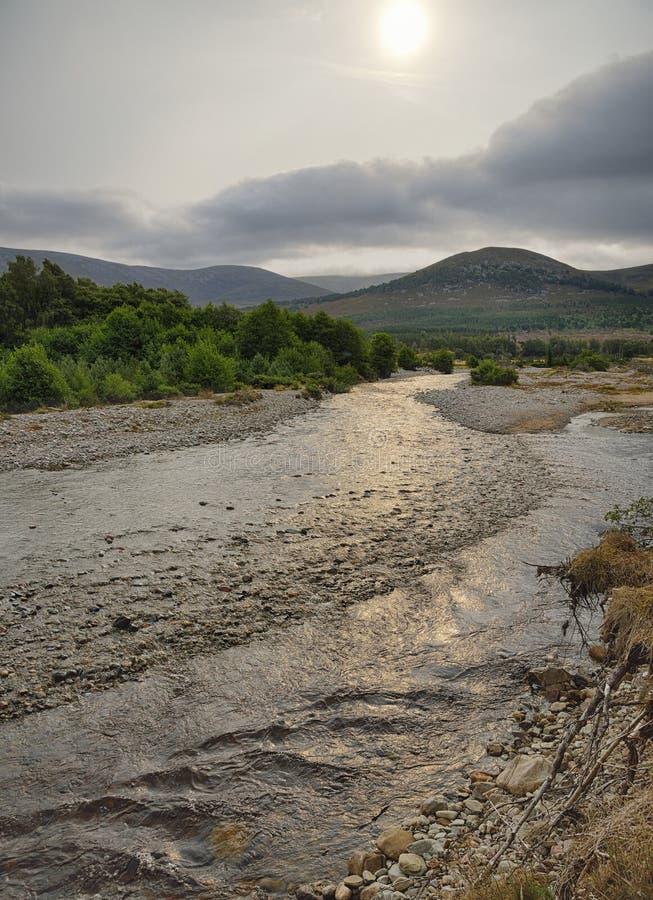 Sun flou sur la rivière Feshie photographie stock libre de droits