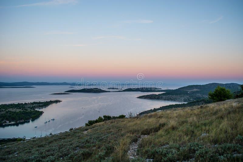 Sun geht unten über kroatische Inseln hinaus lizenzfreies stockbild