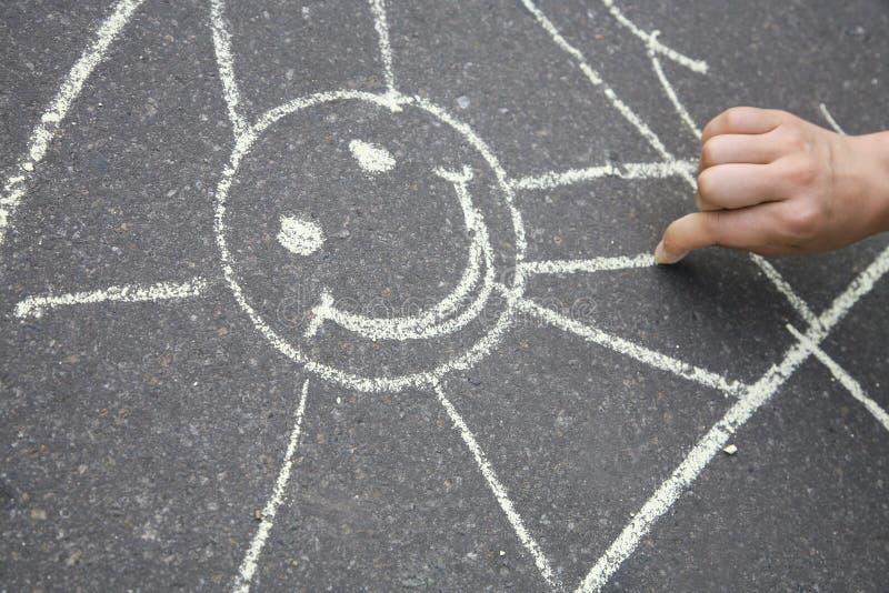 Sun gezeichnet auf Asphalt stockfoto
