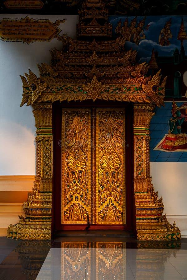 Sun-Glanz auf Tür des alten Tempels an einem historischen Ort von Luang Prabang stockfotos
