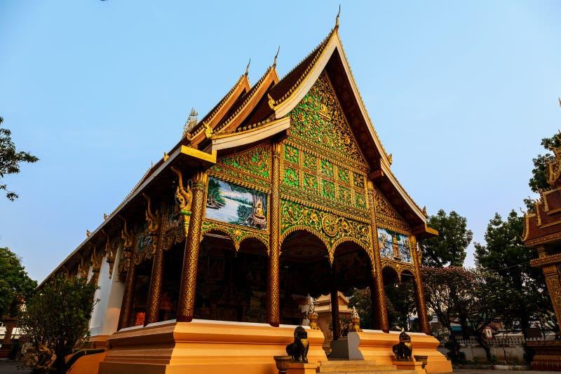 Sun-Glanz auf Tür des alten Tempels an einem historischen Ort von Luang Prabang stockbild