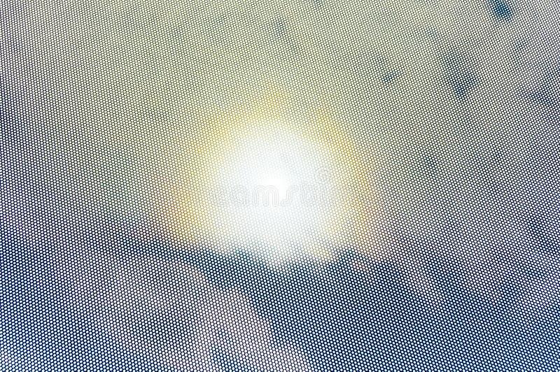 Sun-Halo in der Himmelansicht, flüchtiger Blick durch Lochmaske lizenzfreie stockfotografie