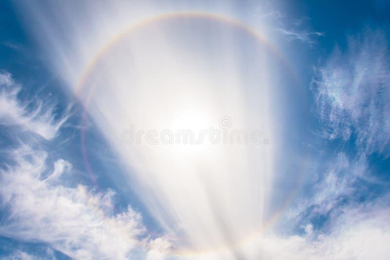 Sun-Haloauftreten wegen der Eiskristalle in der Atmosphäre lizenzfreie stockfotos