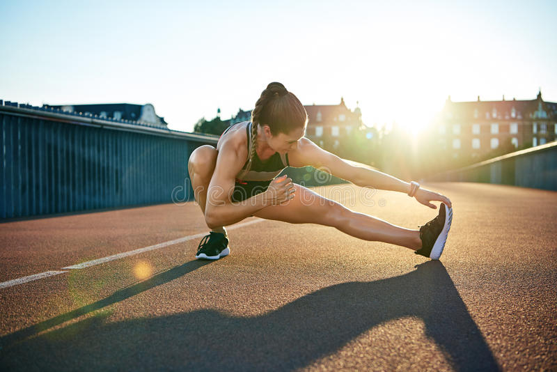 Sun hebt jungen muskulösen weiblichen Athleten hervor lizenzfreies stockfoto