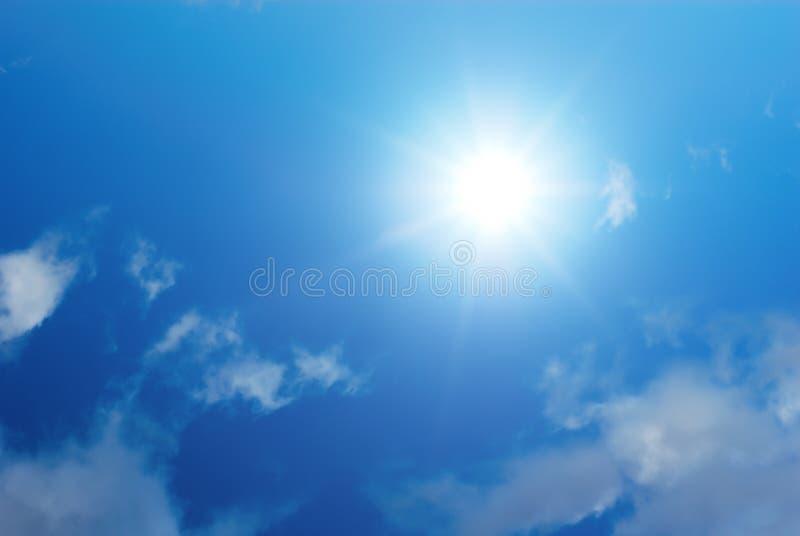 Sun-Himmel und weiße Wolken lizenzfreies stockbild