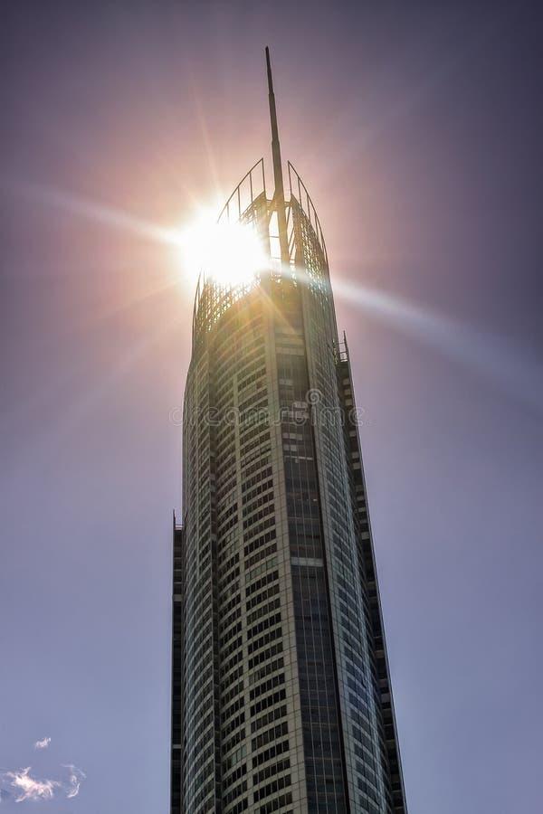 Sun hinter dem Turm Q1 stockbild
