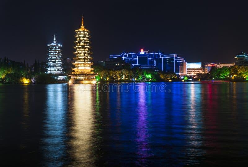 The Sun i księżyc Bliźniacze pagody iluminować przy nocą w mieście Guilin, Chiny zdjęcie royalty free