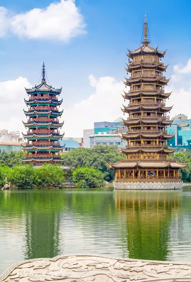 The Sun i księżyc Bliźniacze pagody przy Shanhu Jeziornym Jedlinowym jeziorem w śródmieściu Guilin w Chiny fotografia stock