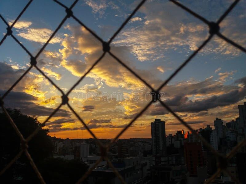 Sun ilumina-se na noite na cidade de Belo Horizonte, Brasil imagens de stock royalty free