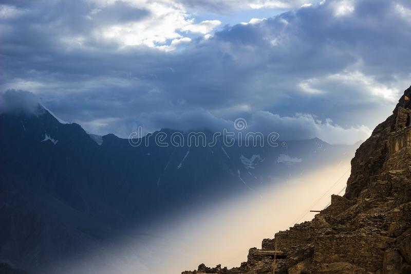 Sun irradia caer a través de la montaña en el valle de Skardu foto de archivo libre de regalías