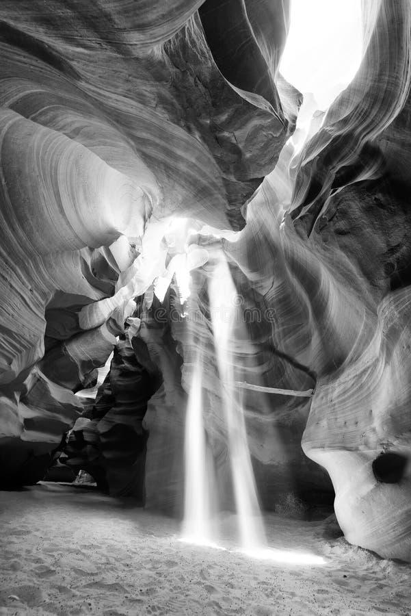 Sun irradia la filtración a través del barranco del antílope - página, Arizona - los E.E.U.U. fotos de archivo