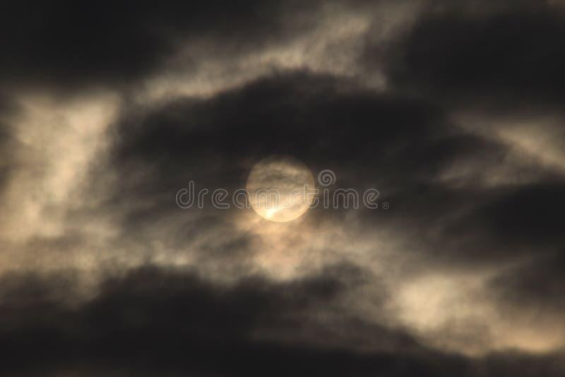 The Sun jaśnienie przez ciemnych chmur fotografia royalty free