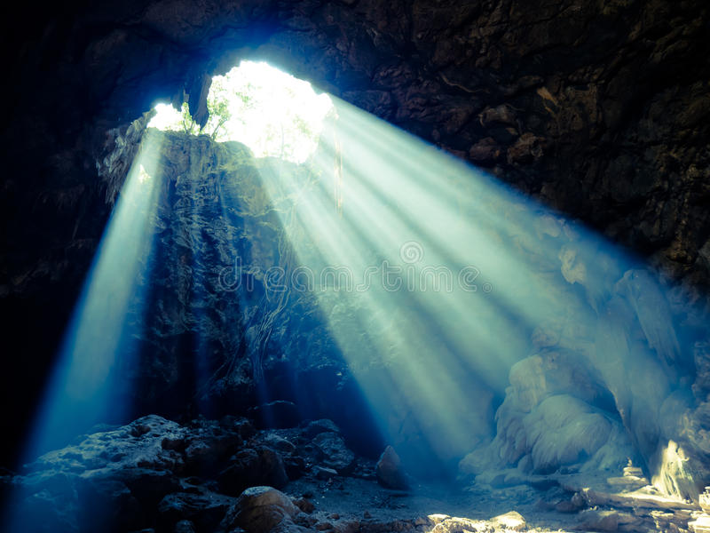 Sun-Leuchte in der Höhle stockfotografie