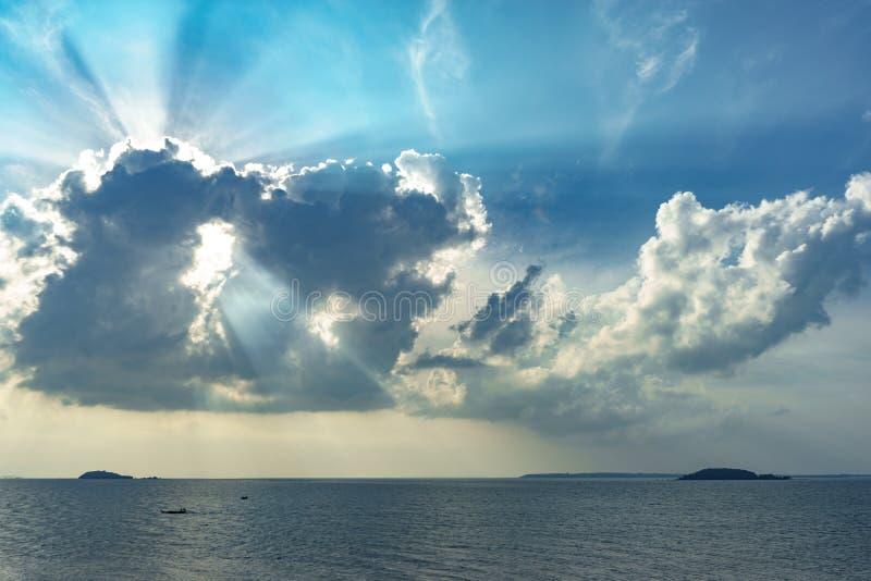 Sun-Licht durch die Wolken stockfoto