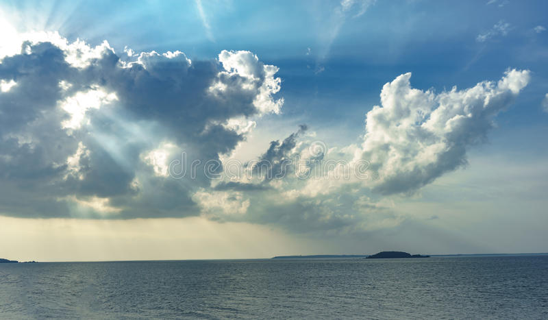 Sun-Licht durch die Wolken stockfotos