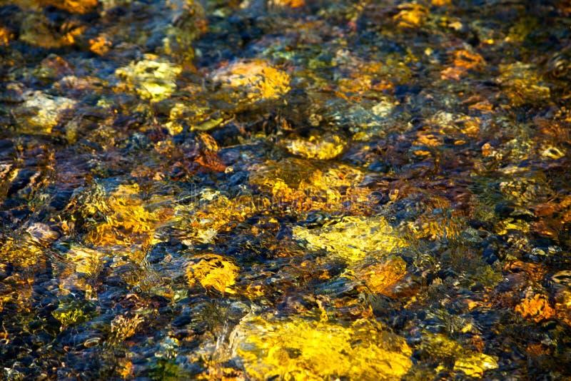 Sun-Licht reflektierte sich von der steinigen Unterseite von Fluss stockbild